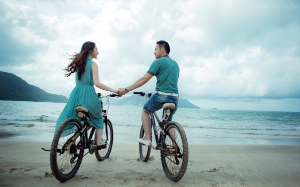 couple-beach-love-holiday-summer-bicycles-sea
